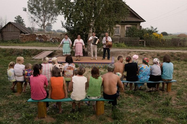 (ENG) The villagers of Tonshaevo attend a performance of traditional music and dance Mari. (ITA) Concerto di musica tradizionale Mari nel villaggio di Tonshaevo.