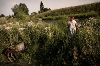 (ENG) A woman go to wash clothes in the river during the summer. (ITA) Una donna intenta a lavare i panni nelle acque del fiume sacro.