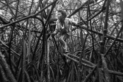 Alejandra Bones has 3 brothers and sisters. She is the only one of her siblings that picks shells to contribute to the family´s income. Cayapas Mataje Reserve, Ecuador. 2014.