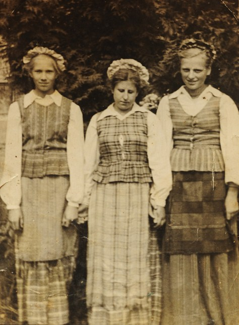 Waltraut (in the middle) in Lthuania as young women