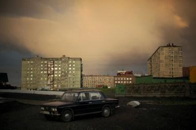 Vers 3 heures du matin, la ville dort, éclairée par le soleil. La ville apparaît alors comme une ville fantôme, vidée de ses habitants, bien que le jour soit toujours là.