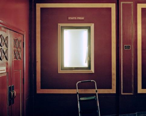 USA, D.C., Washington: Im Avalon Theater wird ein Filmplakat gewechselt. Für einen kurzen Augenblick steht der Leuchtkasten leer. Bilder eines Landes, dass uns so fremd und doch so nah scheint. Fotografiert auf einer Reise durch 22 Bundesstaaten durch die USA im Jahr 2015 und 2016. FOTO: Mario Wezel