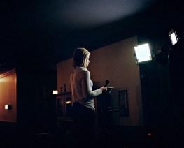 USA, New Hampshire: Während einer Wahlkampfhsow des republikanischen Anwärters Ted Cruz bereitet sich eine Nachrichtensprecherin auf ihren Auftritt vor. Bilder eines Landes, dass uns so fremd und doch so nah scheint. Fotografiert auf einer Reise durch 22 Bundesstaaten durch die USA im Jahr 2015 und 2016. FOTO: Mario Wezel