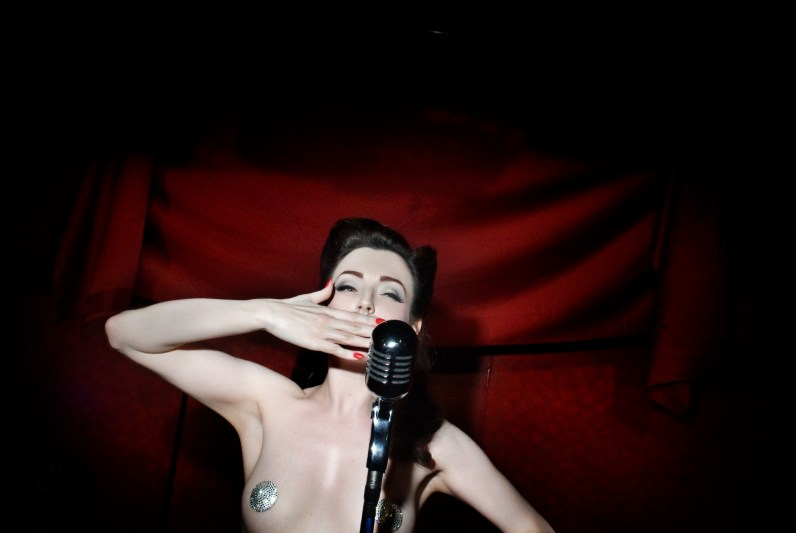 U.K. Burlesque performer Polly Rae waves to the public after the show at the Apollo Dancing club in Milan, where burlesque tradition is coming back. Milan. March, 2009.