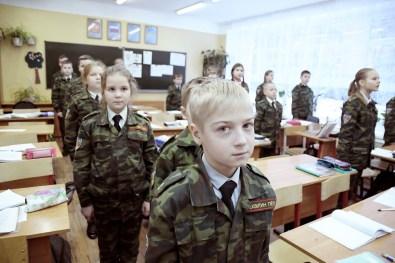 """Igor, 11 ans, se tient au garde à vous lors d'un cours à l'école n°18, Serguey Posad. Parallèlement aux cours """"classiques"""", le directeur de l'établissement a décidé de créer des classes d'éducation militaire et patriotique."""