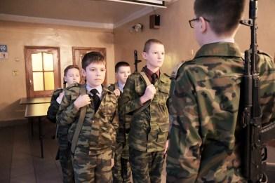 """Jeunes cadets au garde à vous avec leur kalachnikoff à l'école n°18, Serguey Posad. Parallèlement aux cours """"classiques"""", le directeur de l'établissement a décidé de créer des classes d'éducation militaire et patriotique."""
