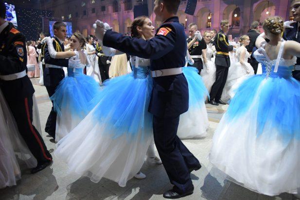 """""""Kremlin cadet ball"""", Moscou. Après d'intenses sélections, les meilleurs danseurs des écoles militaires russes, venus des quatre coins du pays, se réunissent une fois par an pour célébrer le """"Kremlin cadet ball""""."""