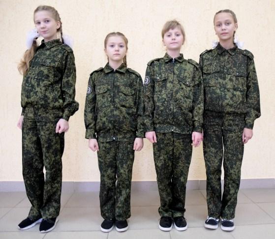 Irina, 7 ans, Oksana 8 ans, Katerina, 8 ans et Sonia, 9 ans posent en treilli militaire à école militaire cosauqe de Balaya Kalitva. Venues des quatres coins de la région, ce pensionnat pour jeunes fille forme les meilleures quelque soit la discipline, chant, gymnastique,majorettes, arts martiaux, boxe, dans un culte sans faille pour la mère patrie et le président Poutine.