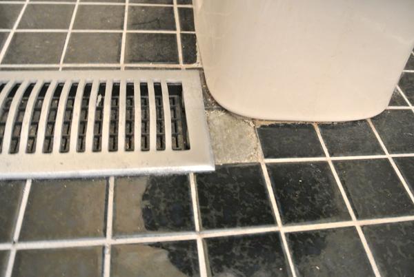 master bathroom before   burritosandbubbly.com