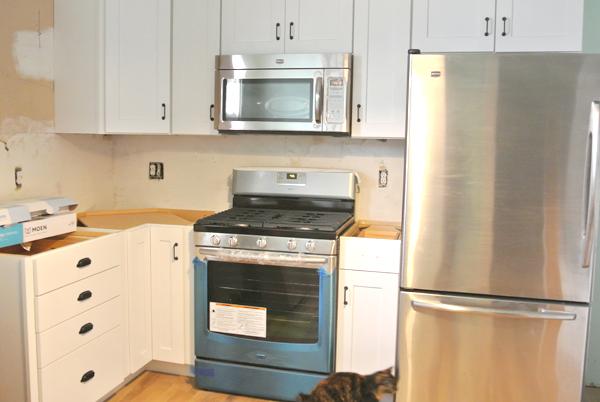 black hardware in farmhouse kitchen | Burritos & Bubbly