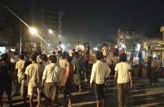 미얀마 시민들은 미얀마에서 가장 큰 도시인 양곤에서 밤에 거리 행진을합니다.  AP 연합 뉴스 연합 뉴스