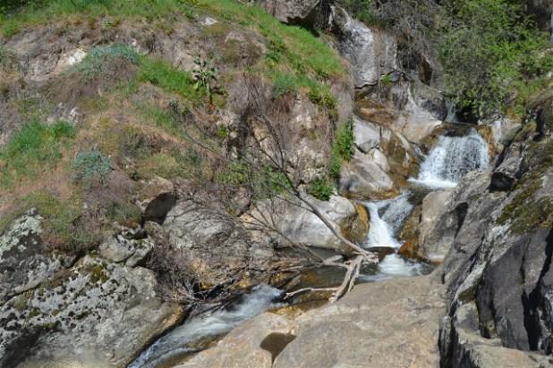 Piedras y arroyo que forman el Salto