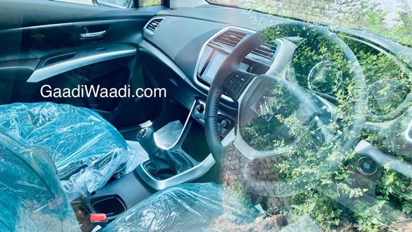 New Maruti S-Cross Spy Pics: New Maruti S-Cross will be seen soon in the dealer yard