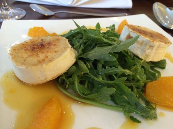 Ziegenkäse mit Salat. Foto: Tanja Lenke