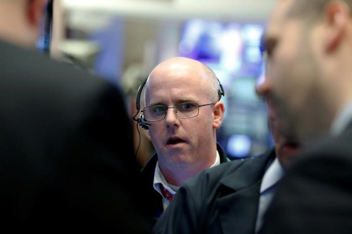 © Reuters.  Canada shares lower at close of trade; S&P/TSX Composite down 1.16%