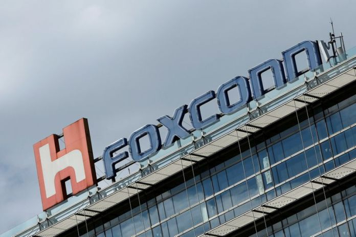 © Reuters. FILE PHOTO: Foxconn's logo pictured on top of a building in Taipei.