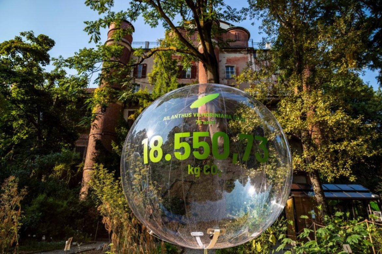 Transparent bubble bearing the figure 18,550.76 kilograms of CO2