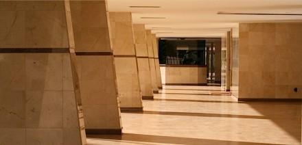 """Auch in Außenräumen, wie hier in Brasília, ist """"ruhiger"""" Naturstein beliebt."""