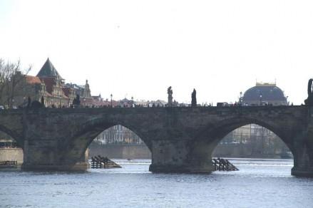 Sobre 16 pilastras está suspensa a Ponte.
