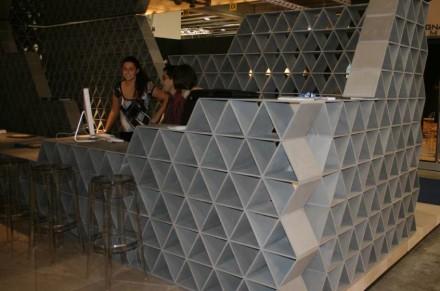 """Wabenstruktur aus Sandstein von Kengo Kuma für die Firma Il Casone (""""Marmomacc meets Design"""" 2007)."""