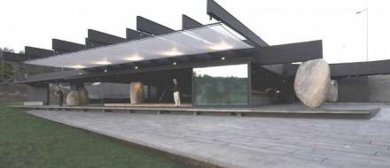 Bloques erráticos de granito soportan el tejado del Restaurante Mestizo en un parque de Santiago de Chile.