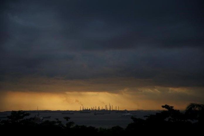 © Reuters.  Unite union recommends 2,500 UK offshore oil workers accept new pay offer
