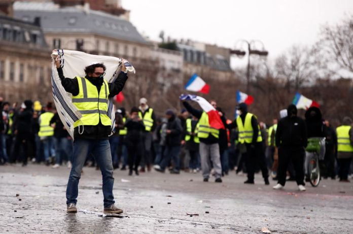 © Reuters. Protesters wearing yellow vests take part in a demonstration by the
