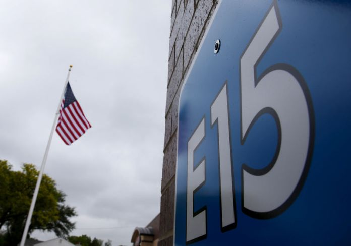 © Reuters. FILE PHOTO: A sign advertising E15, a gasoline with 15 percent of ethanol, is seen at a gas station in Clive