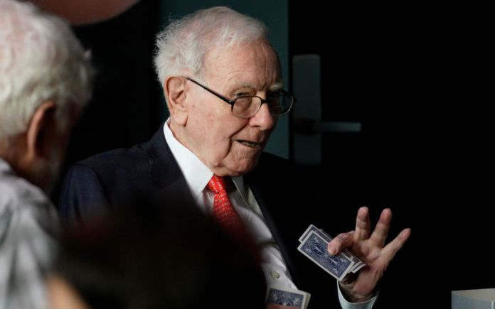 © Reuters. FILE PHOTO: Warren Buffett, CEO of Berkshire Hathaway Inc, gestures while playing bridge as part of the company annual meeting weekend in Omaha
