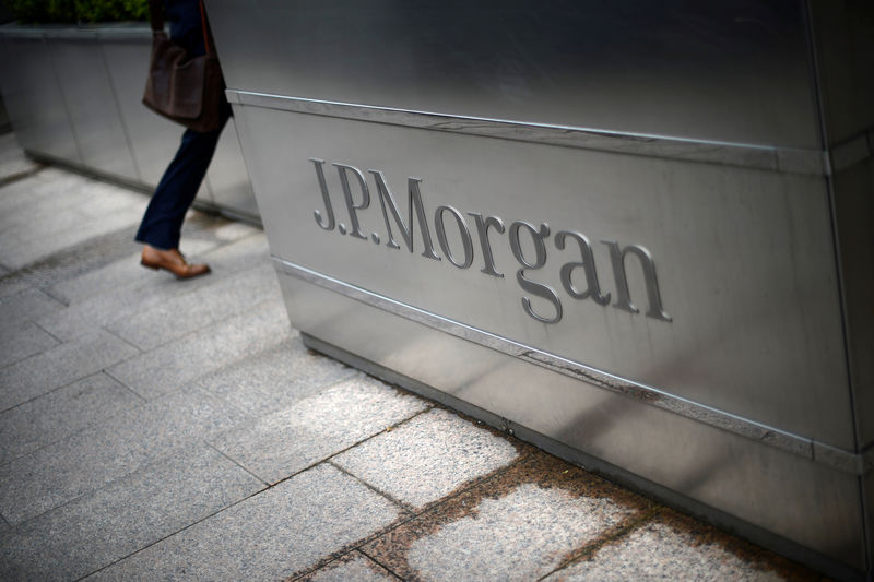 © Reuters. FILE PHOTO: A man walks into the JP Morgan headquarters at Canary Wharf in London