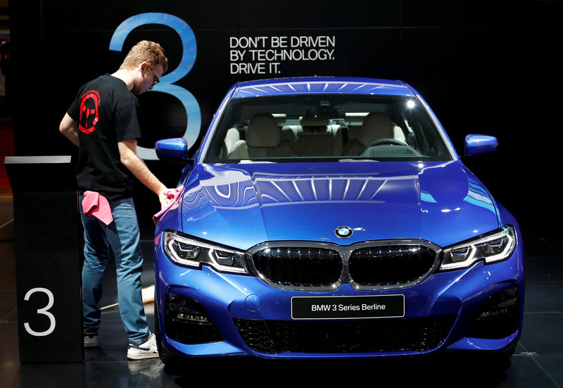 © Reuters. A worker cleans a BMW 3-Series car at Brussels Motor Show