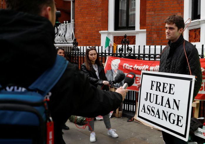 © Reuters. A supporter of WikiLeaks founder Julian Assange talks to the media outside the Ecuadorian embassy in London
