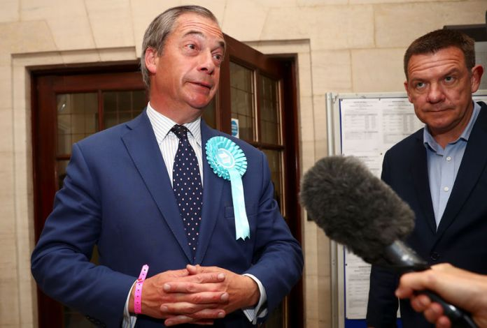 © Reuters. Brexit Party leader Nigel Farage speaks to the media outside the counting centre for the European Parliamentary election in Southampton