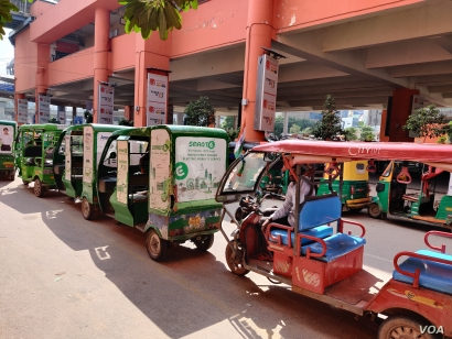 Rows of e-rickshaws can be seen outside a metro station. India now has over one million such vehicles. (A. Pasricha/VOA)