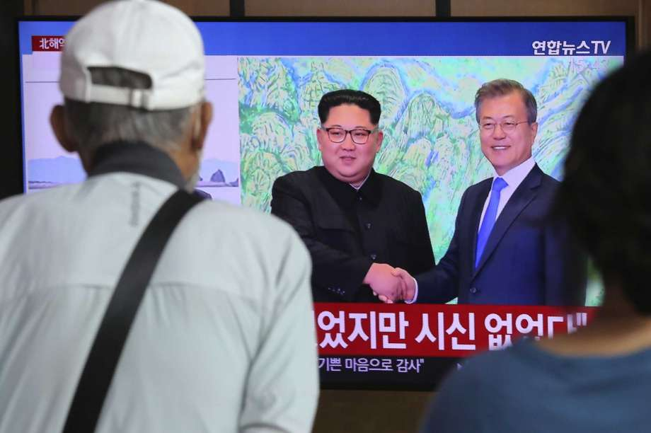 """People watch a TV showing a file image of North Korean leader Kim Jong Un, left, and South Korean President Moon Jae-in during a news program at the Seoul Railway Station in Seoul, South Korea, Friday, Sept. 25, 2020. North Korean leader Kim apologized Friday over the killing of a South Korea official near the rivals' disputed sea boundary, saying he's """"very sorry"""" about the incident he called unexpected and unfortunate, South Korean officials said. Photo: Ahn Young-joon, AP / AP2010"""