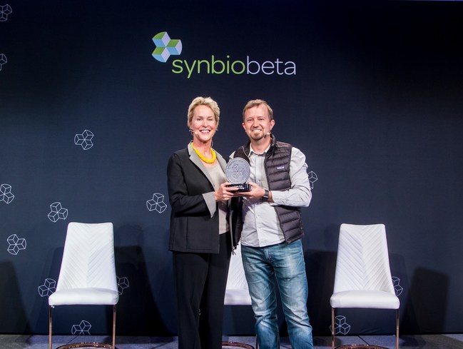Nobel Laureate Frances Arnold received 2019 SynBioBeta Award from SynBioBeta founder John Cumbers