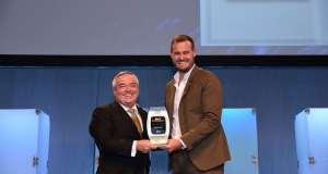 Patrick Brannelly, Emirates' Divisional Vice President, Customer Experience (IFEC) ontvangt de award voor beste entertainment van Brian Kelly, CEO The Points Guy bij APEX 2019 Global Passenger Award.