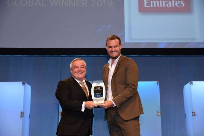 Patrick Brannelly, Emirates' Divisional Vice President, Customer Experience (IFEC) ontvangt de award voor beste entertainment van Brian Kelly, CEO The Points Guy bij APEX 2019 Global Passenger Award.
