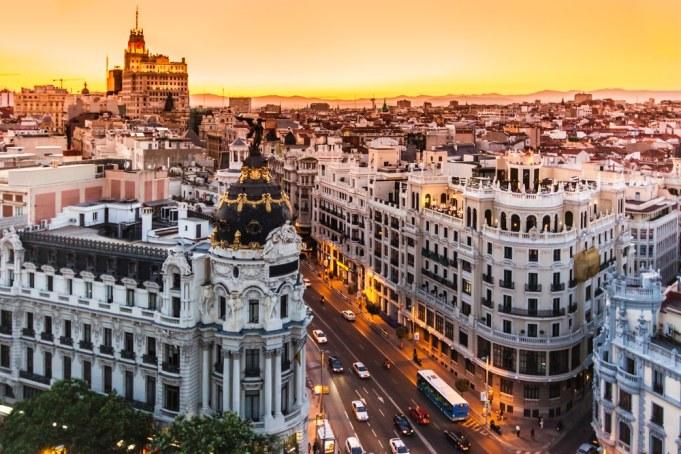 Panoramisch luchtzicht op Gran Via, belangrijkste winkelstraat in Madrid.