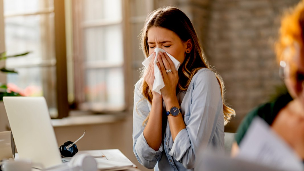 why do we sneeze with our eyes closed