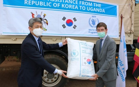 Over 5,000 metric tons of rice and US$300,000 in cash has been provided by the government of the Republic of Korea to provide much-needed relief assistance to 781,000 people including refugees and Ugandans threatened by locusts.