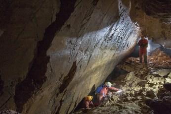 Faglia in zona Pettine nel Ramo Nero. Sotto la faglia c'è il passaggio basso verso Sala dei Tufi (foto Sandro Sedran team, archivio GSM)