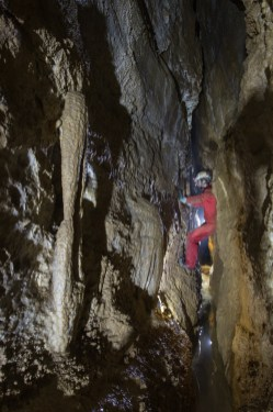 Ramo delle Colate, Giulio Carollo in contrapposizione nella fessura iniziale (foto Sandro Sedran S-Team)