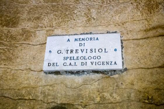 Targa in memoria di Gastone Trevisiol posta in prossimità della ferrata sul Laghetto di Caronte