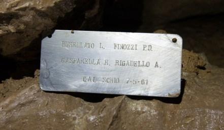 La targhetta lasciata dal GGS nella Sala della Clessidra durante le esplorazioni dei primi anni '60 al Ramo dei Salti