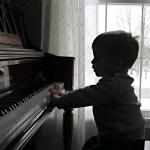 niño toca piano