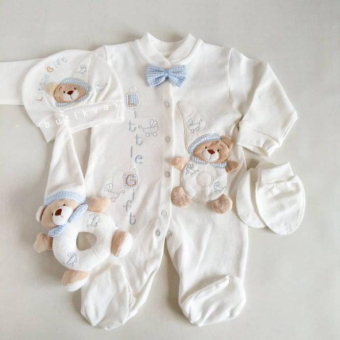 tas suslemeli erkek bebek hastane cikisi 0 1 ay 01 scaled - Ayıcık Motifli Oyuncaklı Tulum Seti - Mavi