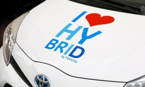 Why are dealerships struggling to sell hybrid vehicles?