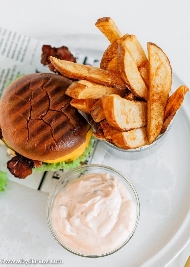 fast food, hjemmelavet burger, burgerbøf, pommes frites, pommes frites sauce, single-mad, frysemad