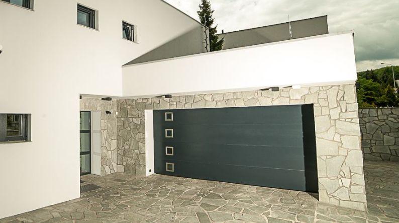 Otevírání garážových vrat: ke stropu nebo ke zdi?